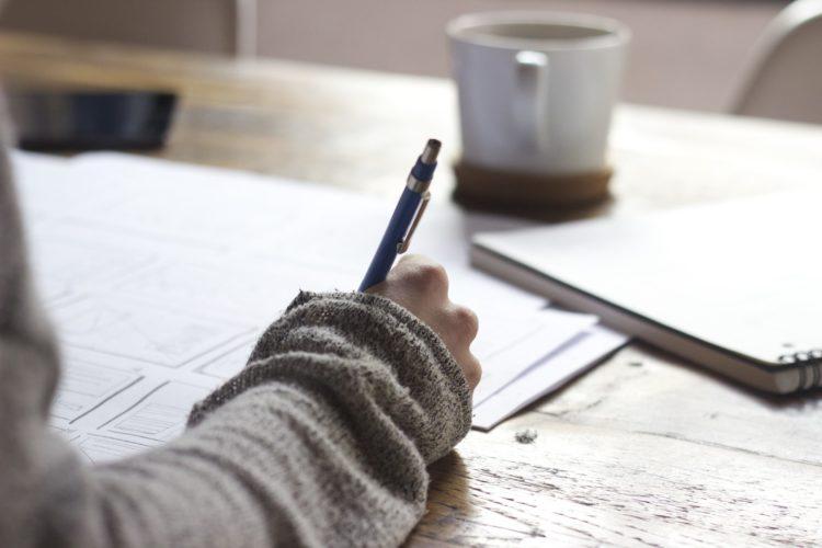 Symbolbild für den Kurs: Eine Person schreibt etwas auf ein Blatt Papier